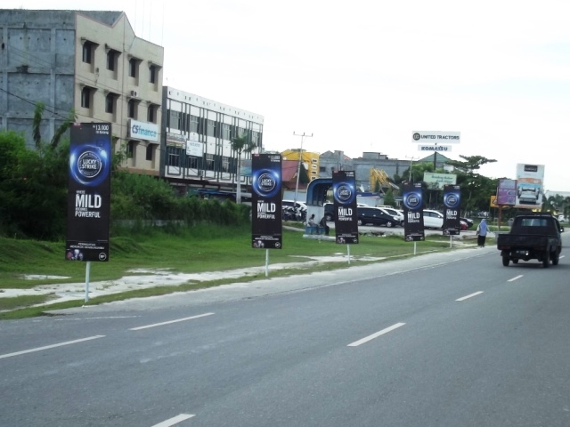 Reklame Vertical Banner Lucky Stike - Zealot Advertising Pekanbaru